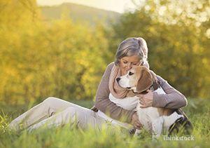 Femeia cu câinele ei în timpul sezonului de toamna